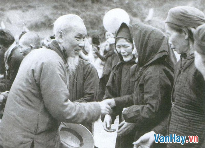 Bác bắt tay các cụ già