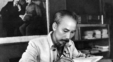 Đọc tập thơ Nhật kí trong tù nhà thơ Hoàng Trung Thông đã xúc động viết: Vần thơ của Bác vần thơ thép. Mà vẫn mênh mông bát ngát tình